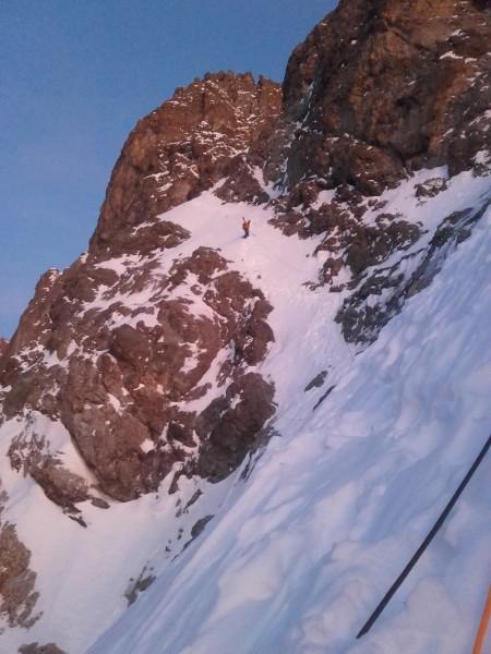 La traversée dans les pentes de neige avant d'atteindre la goulotte sommitale.