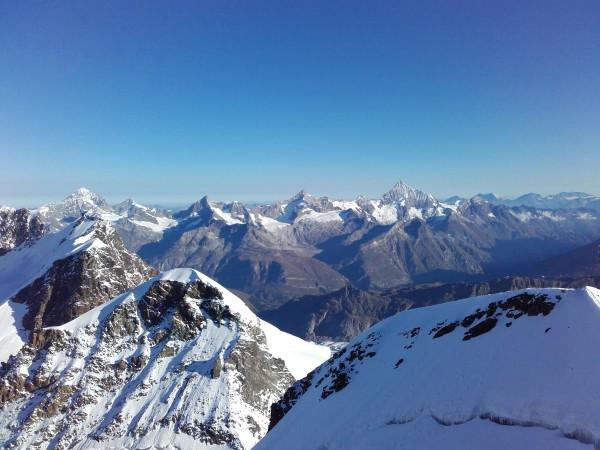 Au fond le Weisshorn, Zinalrothorn, Ober Gabelhorn, Grand Cornier et dent Blanche. En 1er plan: Pollux, Roccia Nera et Breithorn est