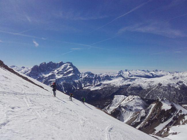La montée à ski au col Forca Rossa dans les Dolomites.