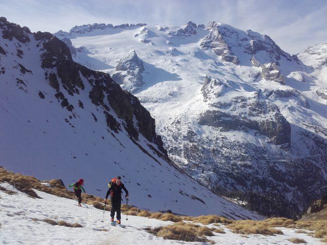 Montée en ski au Porta Vescoso dans les Dolomites.