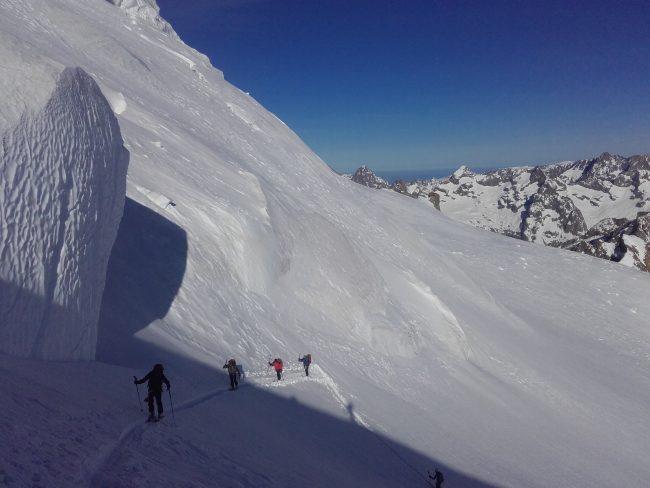 Remontée en ski de la face nord du Dôme des Ecrins.