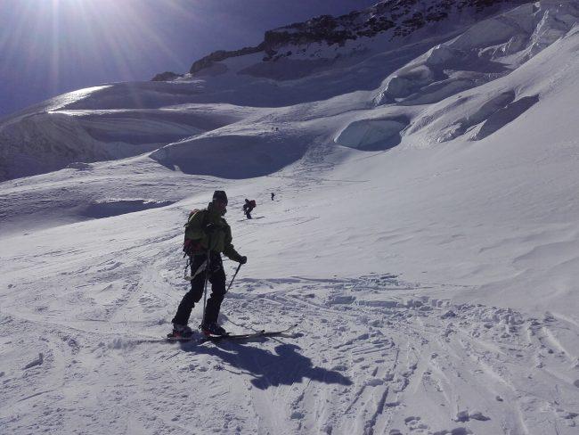 La descente en ski de la face nord su dome des Ecrins.