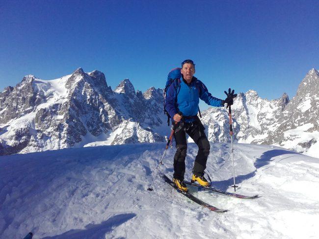 Ski de randonnée face au glacier Noir et à la Barre des Ecrins.
