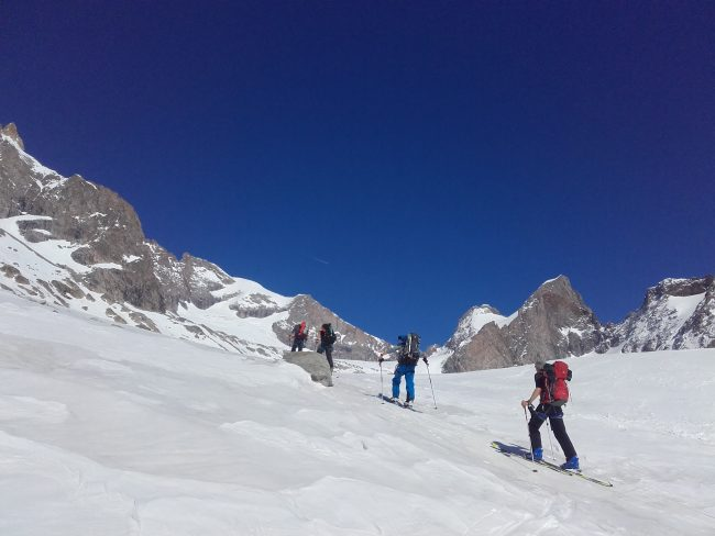 Remontée au refuge de la Selle pour un raid à ski de rando.