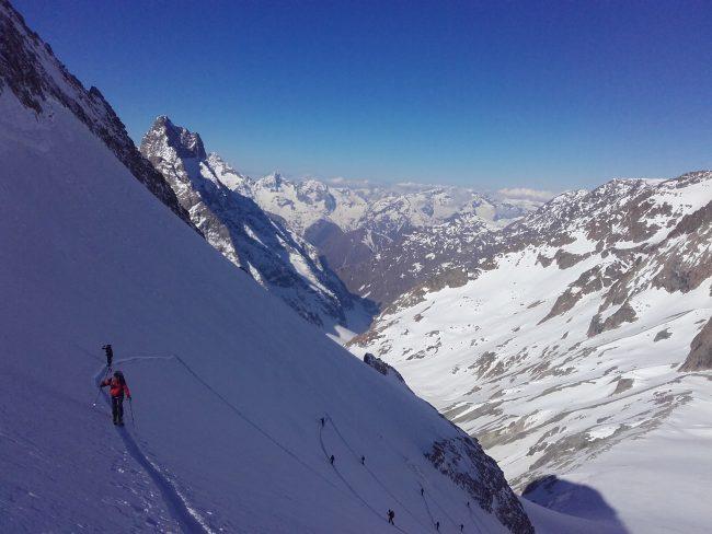 Montée en ski au col du Replat.