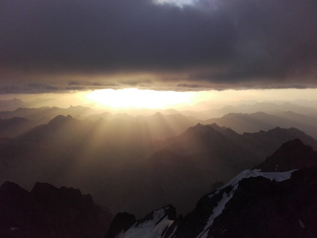 Beau lever de soleil du Doit de Dieu à la Meije.