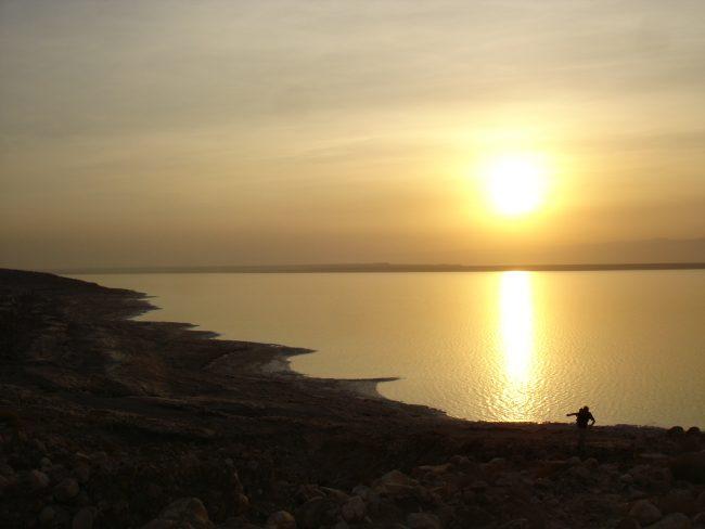 Un beau coucher de soleil sur la Mer Morte.