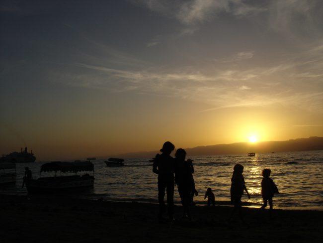 Beau coucher de soleil à Aqaba en Jordanie.