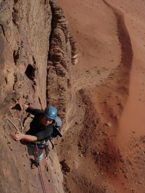 """Escalade à Wadi Rum dans la voie """"la guerre sainte""""."""