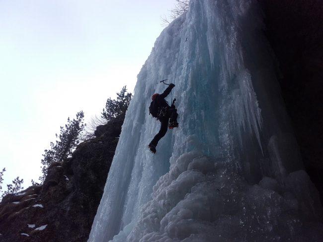 Cascade de glace des formes du chaos à Ceillac.