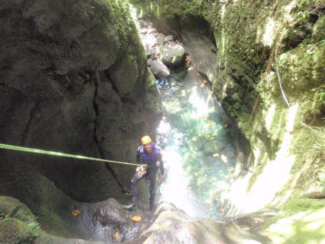 Un rappel dans la citerne, canyon de Basse terre.