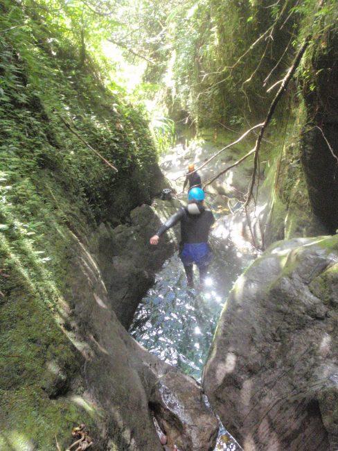 Un joli saut dans du canyoning en Guadeloupe.
