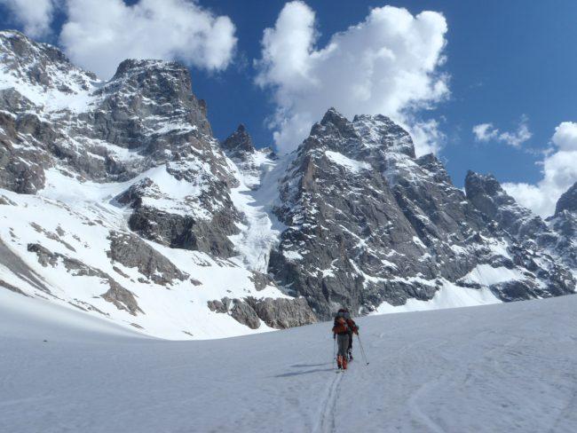 Montée en ski pour la face nord du pic sans nom.