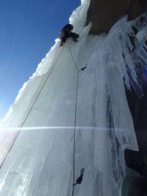 Perfectionnement cascade de glace avec un guide.
