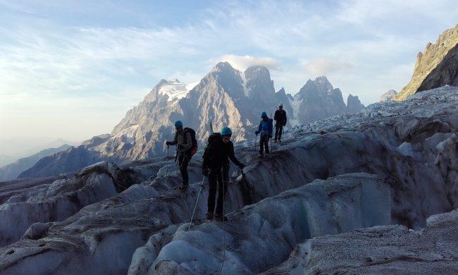Marche avec crampons au glacier blanc.