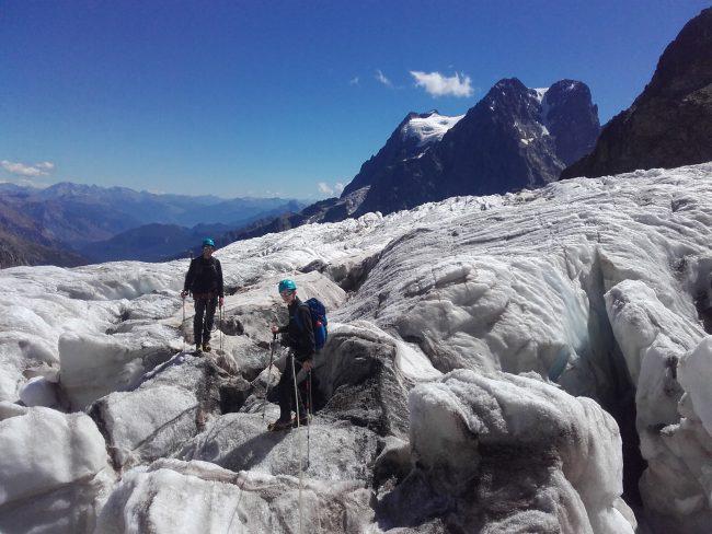 Montée au refuge des Ecrins au milieu du glacier Blanc