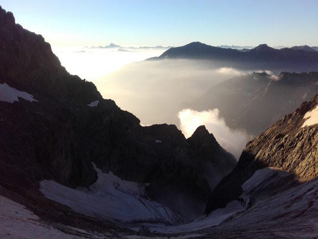 Lever du jour sur le glacier des Bans et le Viso au loin.