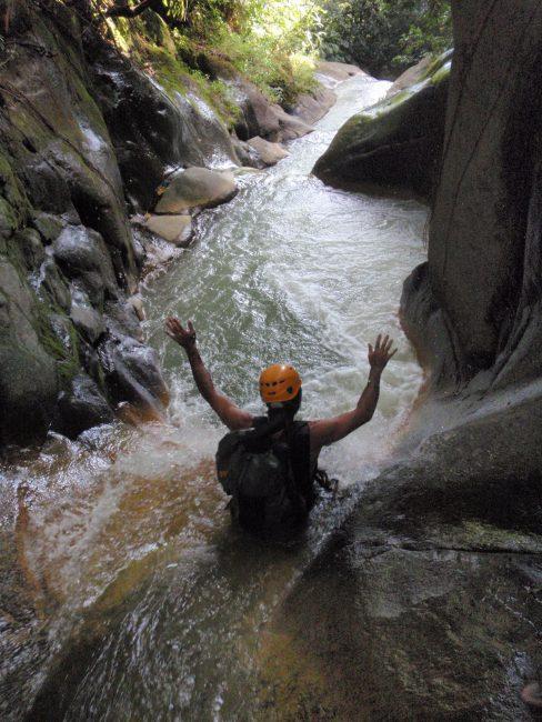 Un joli toboggan dans le canyon de Rivière Noire en Guadeloupe.