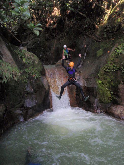 Saut dans un canyon en Guadeloupe.