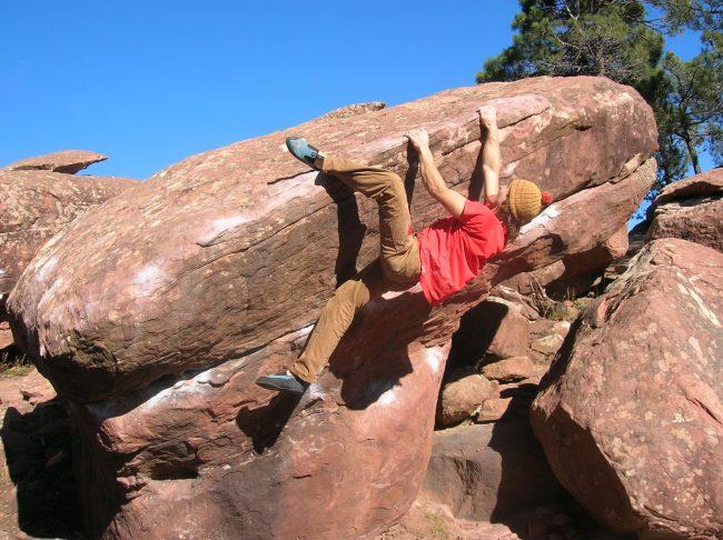 Julien Loste escalade sur bloc à Albaracin.