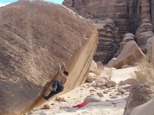 Julien LOSTE grimpe sur bloc à Wadi Rum.