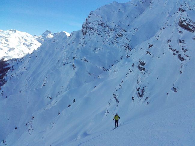 En montant à la pointe des Avers en ski de rando.