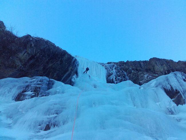Rappel dans la cascade du monde des glaces au Fournel.