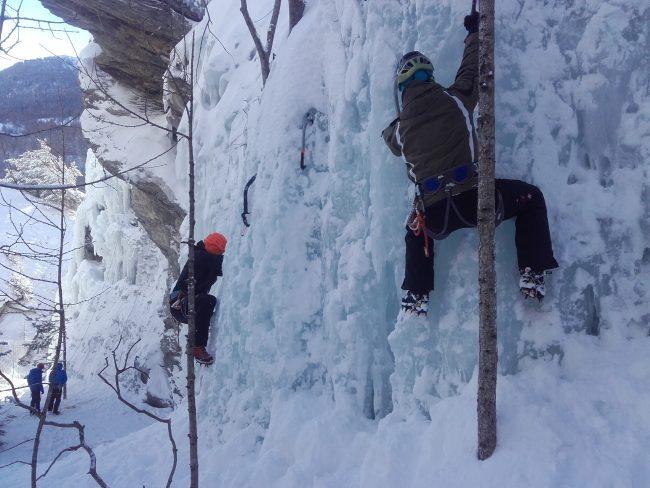 Traversée en cascade de glace à Aiguilles.