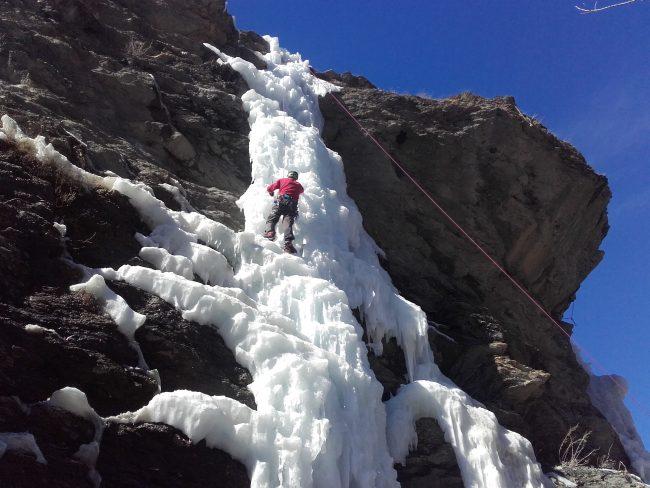 La grande cascade artificielle d'Aiguilles au soleil.