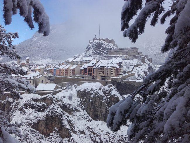 La vieille ville de Briançon sous la neige.