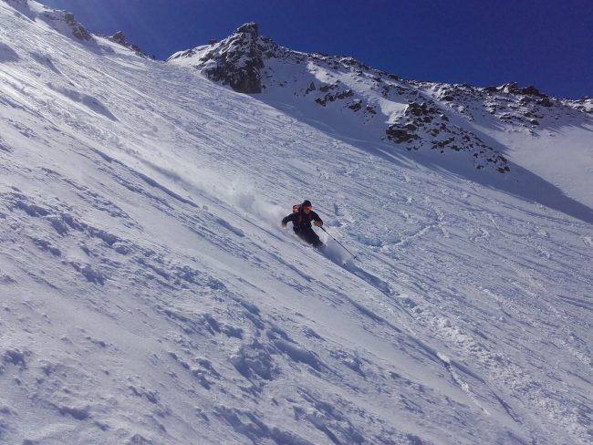 Descente du col ouest du roc noir du Combeynot à ski.