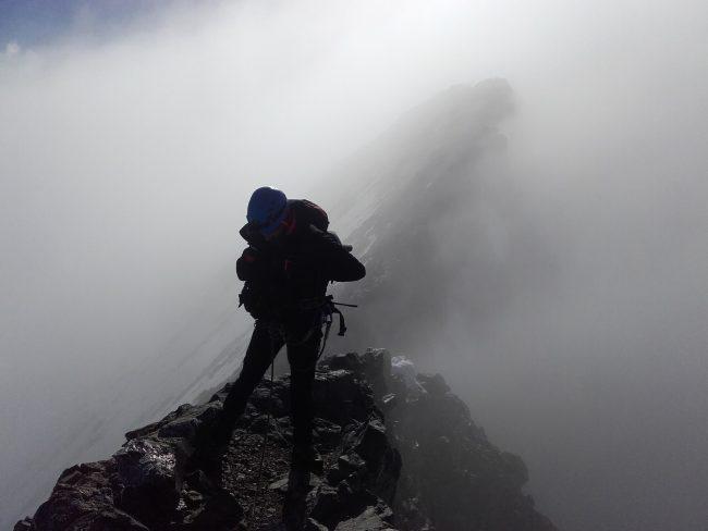 Le sommet de la Barre des Ecrins dans les nuages.