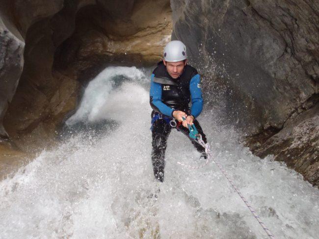 Canyoning dans les Acles avec un peu d'eau.