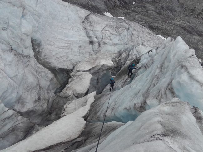 Remontée d'impressionnantes crevasses sur le glacier Blanc.