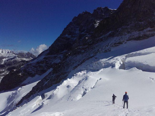 La descente du glacier de Laveciau très crevassé.