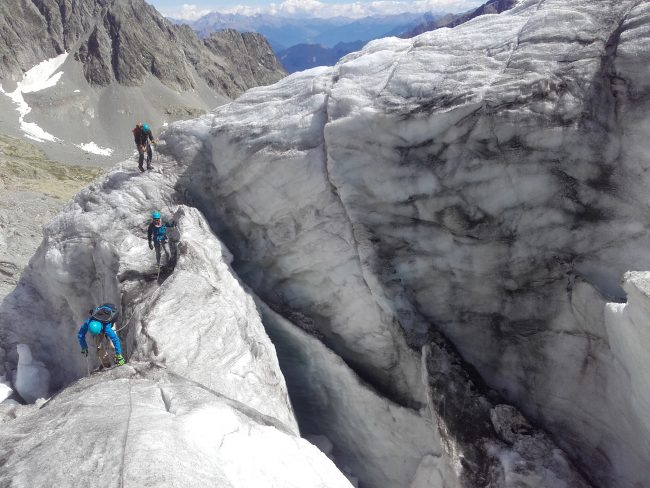 Remontée du glacier blanc jusqu'au refuge des Ecrins.