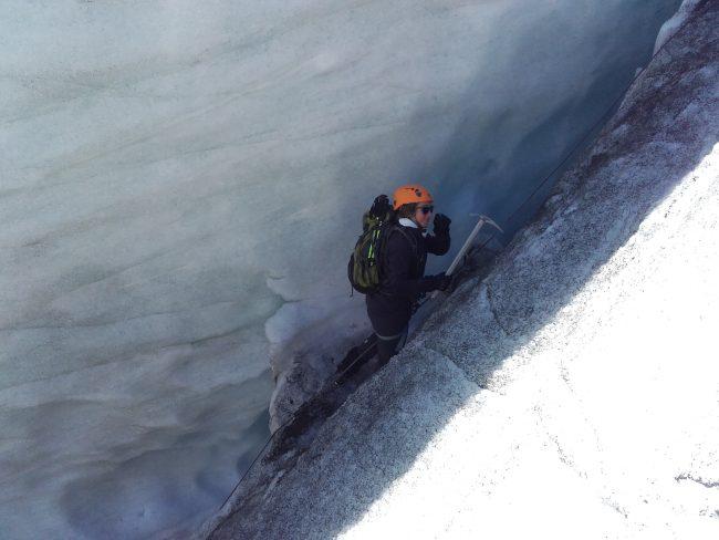 La remontée des crevasses du bas du glacier Blanc.