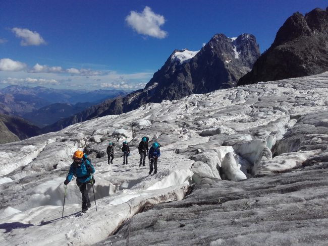 Zig et zag dans un dédale de crevasses du glacier Blanc.