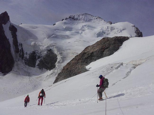 La descente de la Roche Faurio face à la Barre des Ecrins.