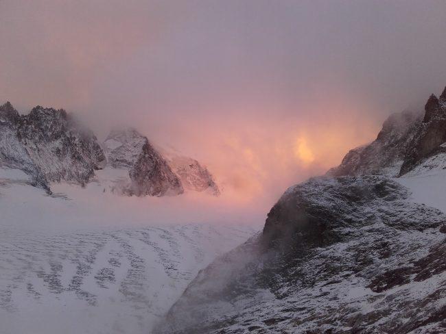 Le Dôme et la barre des Ecrins sont dans un nuage rose.