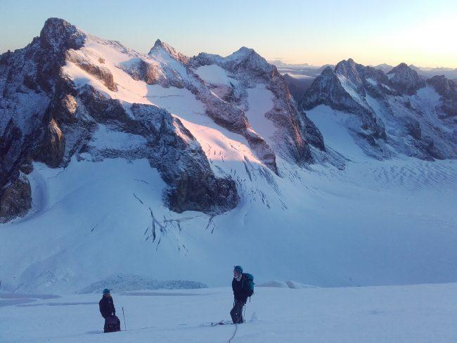 On assite à un superbe lever de soleil dans le massif des Ecrins.