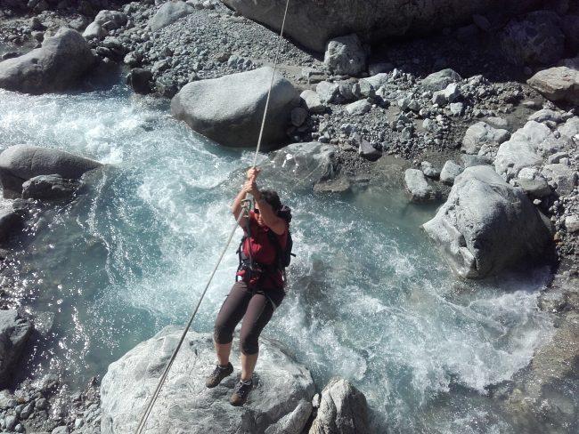 Tyrolienne pour accéder à la Poire à Ailefroide.