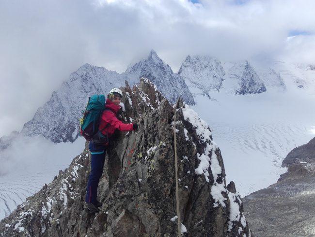 Nous traversons l'arête sud du pic du Glacier Blanc en automne.