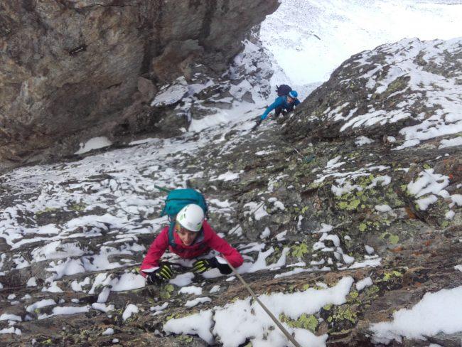 Nous remontons la dalle enneigée après le rappel de l'arête sud du pic du Glacier blanc.