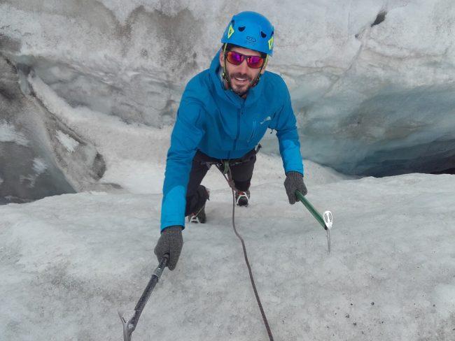 Vincent remonte une crevasse du Glacier Blanc.