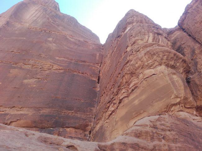 Grand dièdre les rumeurs de la pluie au Wadi Rum.