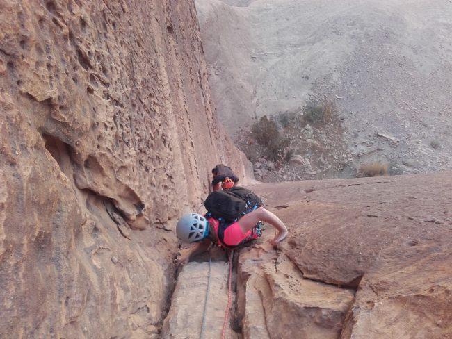 Escalade de la première longueur des rumeurs de la pluie à Barrah canyon.