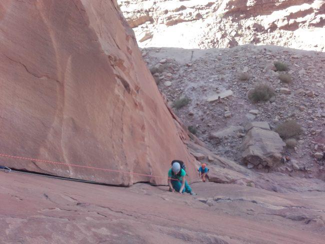 Escalade de la première longueur de the beauty à Wadi Rum.