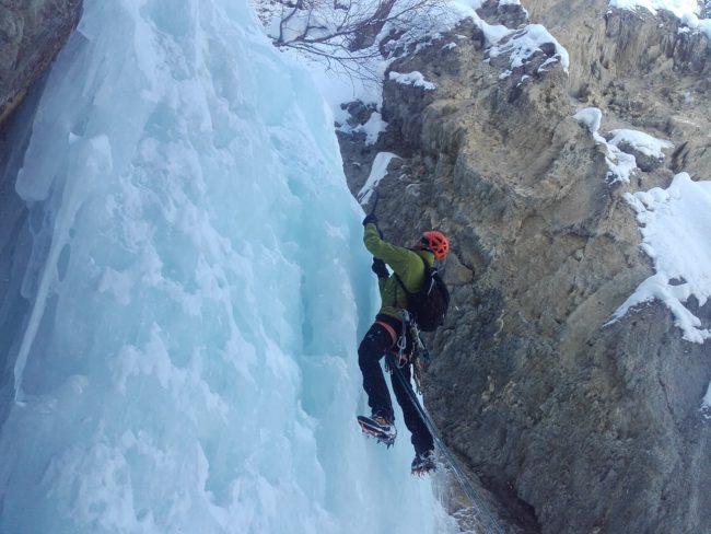Belle escalade de glace à ceillac dans le Y de gauche.