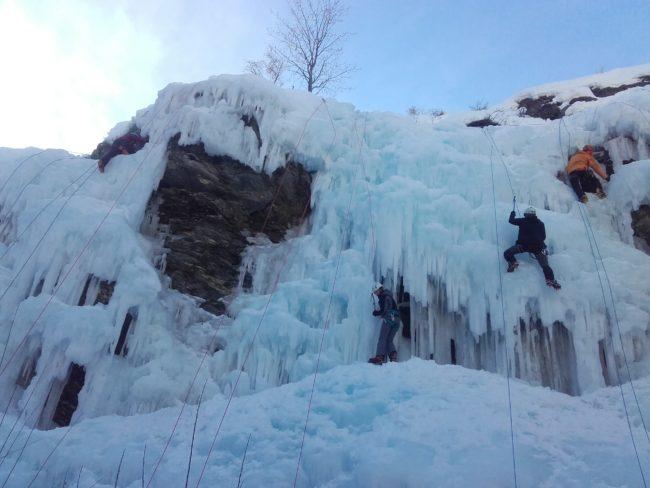 Affluence sur la cascade de glace d'Aiguilles.